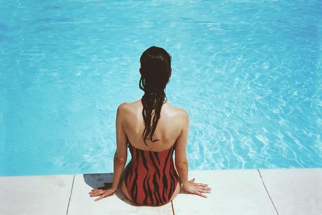žena v plavkách