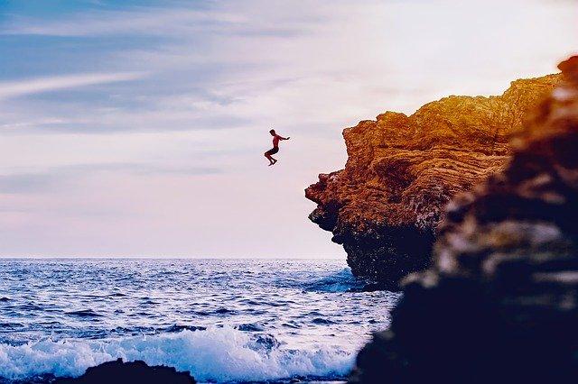 Skákanie z útesu
