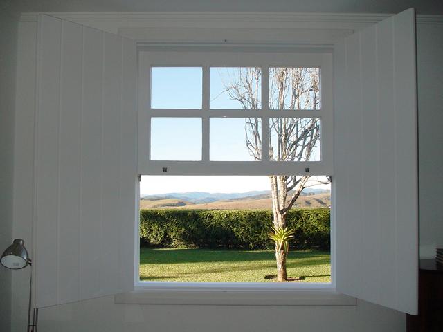 otvorené biele okno.jpg