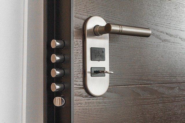 Uzamknuté dvere, bezpečie.jpg
