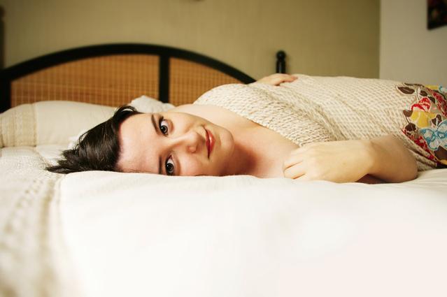 Usmiata žena leží na posteli