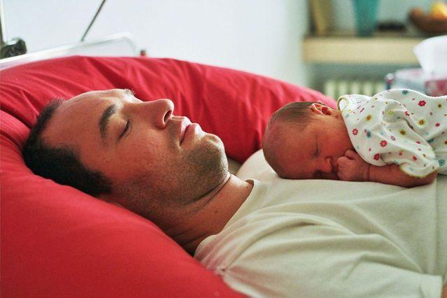 Muž s bábätkom odpočívajú